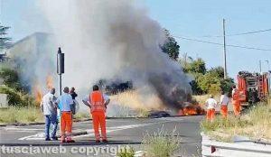 Viterbo - La macchina in fiamme sulla Sammartinese