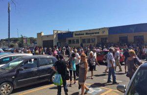 Folla di pendolari davanti alla stazione di Maccarese