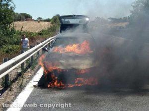 Pescia Romana - Auto in fiamme sull'Aurelia