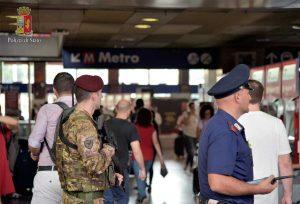 Roma - Polizia ed Esercito a una stazione della metro