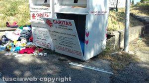 I bidoni della Caritas aperti e svuotati