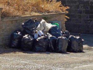 Viterbo - L'immondizia al parcheggio di viale Raniero Capocci