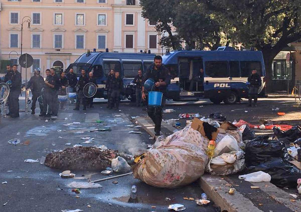 Chiusa piazza Indipendenza: tensione tra agenti e migranti