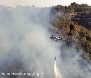 Incendio tra Farnese e Ischia di Castro - L'elicottero in azione