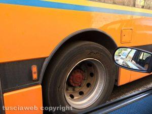 Viterbo - Autobus Francigena con le gomme usurate