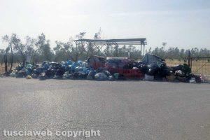 Viterbo - I rifiuti lungo strada Primomo