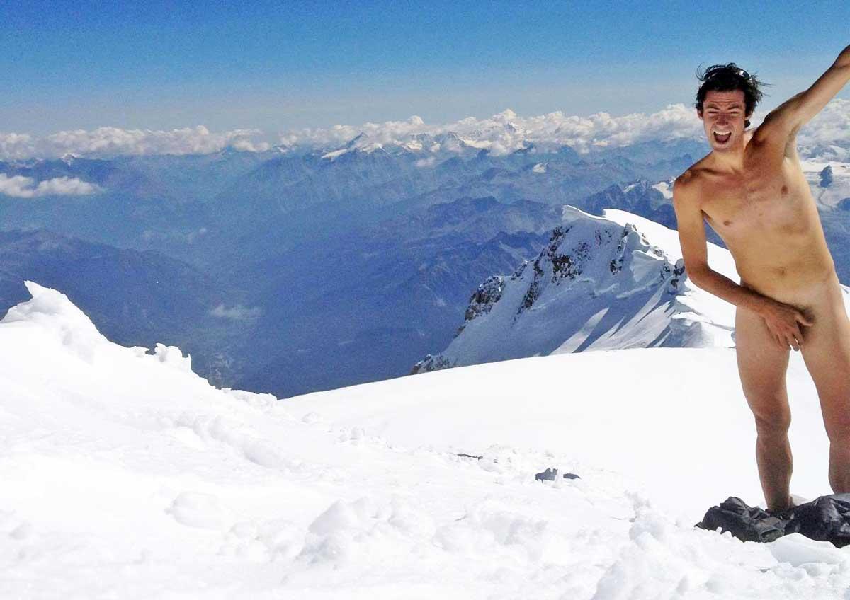 Kilian Jornet Burgada nudo in vetta al Monte Bianco per protesta