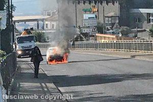 Montefiascone - L'auto in fiamme