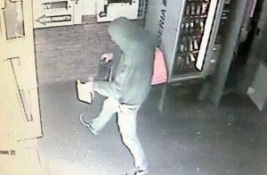 Il ladro in azione in via della Palazzina