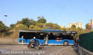 Viterbo - L'autobus con i freni in panne che blocca la rampa di collegamento con via Volta
