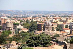 Viterbo dall'alto - Sullo sfondo la chiesa di santa Rosa