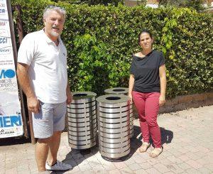 Tarquinia - Silvano Olmi e Paola Monti vicino ai nuovi cestini del lido