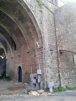 Viterbo - Degrado nei pressi di palazzo dei Papi