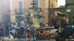 Viterbo - Santa Rosa - Piazza delle Erbe - Pubblico seduto sulla fontana