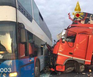 Roma - Scontro bus - autorarticolato sulla A24