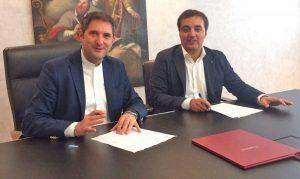 La firma tra Matteo Gasparato e Lorenzo Cardo