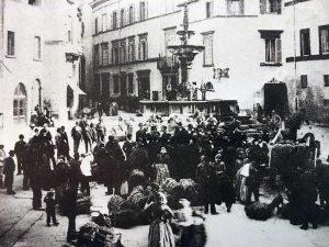 Il mercato a piazza Fontana grande - Foto collezione Silvio Cappelli