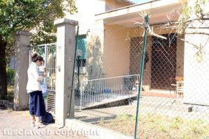 Viterbo - Chiara Frontini di fronte all'ex scuola a Ponte di Cetti