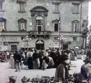 Il mercato a piazza del Comune - Foto collezione Silvio Cappelli