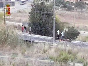 Migranti sui binari del treno