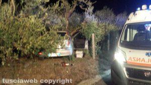 Ronciglione - Donna si schianta contro un albero e muore