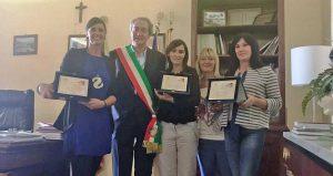 Tarquinia - Il sindaco Mencarini con le vincitrici