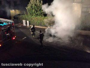 Un'auto in fiamme nella notte - L'intervento dei vigili del fuoco