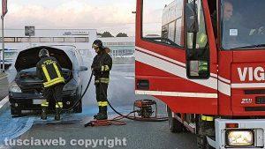 Viterbo - Auto in fiamme nel parcheggio del parco commerciale Città dei papi