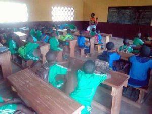 I primi bambini che frequentano la scuola