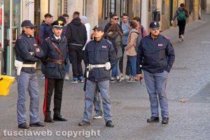 Polizia e carabinieri durante la manifestazione