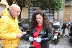Chiara Frontini regala un portacenere tascabile a un passante