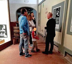 Castiglione in Teverina - Marcello Arduini con una famiglia durante una visita al museo del vino
