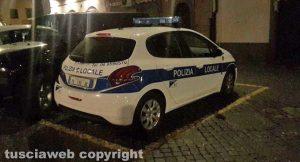 Viterbo - La macchina della polizia locale in piazza Verdi