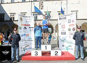 Il socio Lions Vittorio Boccia sul podio dopo la consegna del premio a Michele Barbaro