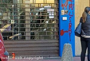 Viterbo La vetrina sfondata del Compro oro di via Genova