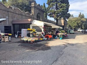 Viterbo - La fiori venduti fuori dal cimitero