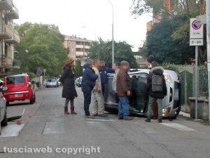 Viterbo - Incidente all'Ellera - L'auto cappottata