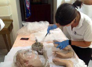 Chiara Munzi mentre restaura la Madonna