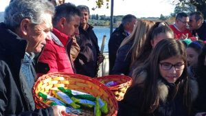 Marta - S. Andrea - I pescatori distribuiscono i pesci di cioccolato