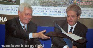 Leonardo Michelini e Paolo Gentiloni al momento della firma