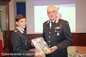 I comandanti Anna Patrono e Maurizio Iannaccone con il calendario 2018 dell'Arma dei carabinieri
