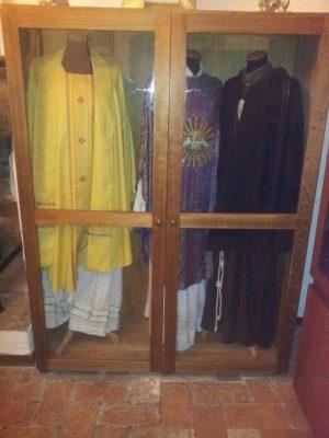 Il saio e i paramenti sacri indossati da padre Chiti