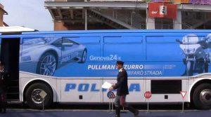 Il pullman azzurro della Polizia