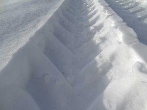 Tracce di pneumatico sulla neve