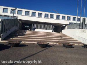 Viterbo - Il tribunale - Le fioriere contro la sosta selvaggia