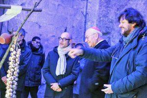Viterbo - Il vescovo Fumagalli al presepe del Caffeina Christmas Village con Rossi e Baffo