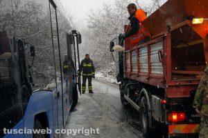 Maltempo - Autobus bloccato sulla Cimina
