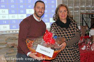 Matteo Achilli con la vincitrice della tombola