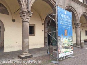 Viterbo - Palazzo dei Priori imbrigliato da un orrendo totem