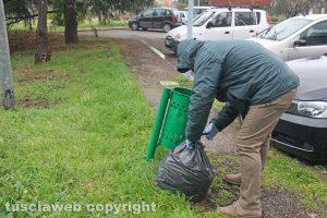 Viterbo - Delitto di via Santa Lucia - L'esame dei cestini attorno alla casa